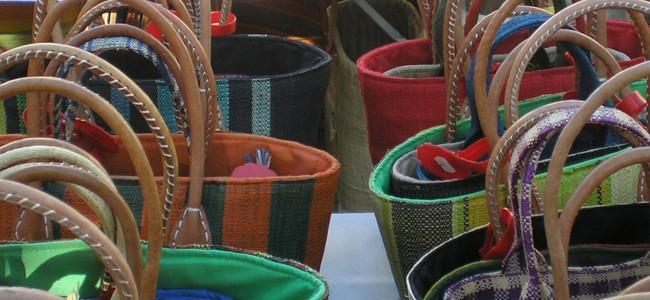 Des sacs sur un marché provençal