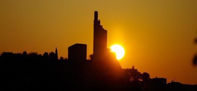 La tour de Chamaret au coucher du soleil