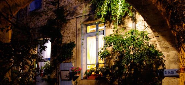 visite d'une petite rue de grignan de nuit