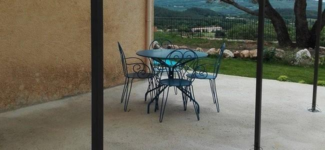 La terrasse et sa table pour manger à l'extérieur sous la pergola